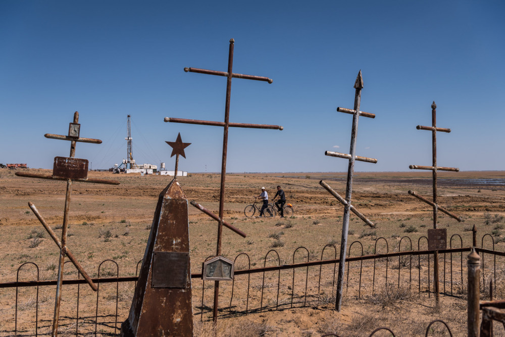 Gas drilling pipes by an old Russian cemetery near Muynak. Sergey Ponomarev for The New York Times